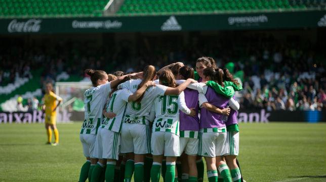 Las jugadoras del Betis Féminas hacen una piña para celebrar el histórico triunfo en el Villamarín ante 6.643 béticos (Foto: Vanessa Gómez/ABC)