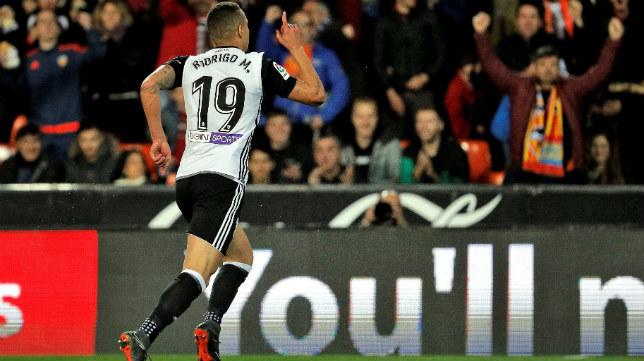 Rodrigo celebra el 1-0 del Valencia ante el Betis
