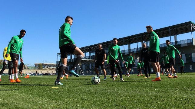 Sanabria, en el centro del rondo, en el entrenamiento del Betis. Foto: RBB