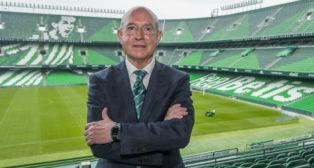 Lorenzo Serra Ferrer posa para ABC en el palco del estadio Benito Villamarín (Foto: J. J. Úbeda)