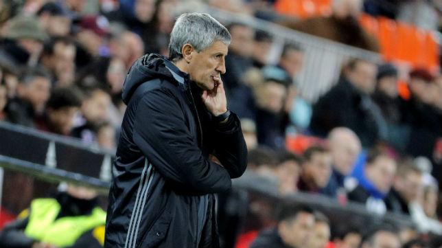 Setién observa en el área técnica de Mestalla el partido de su equipo ante el Valencia (Foto: EFE)