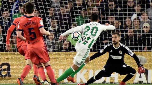 Tello, en el mano a mano que falló ante Moyá en el partido frente a la Real Sociedad