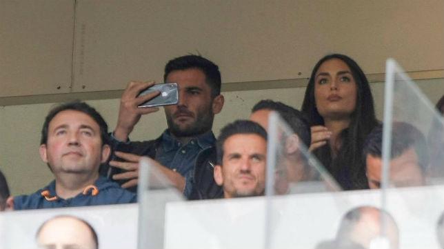 Adán, junto a su pareja en un palco del Villamarín durante el Betis-Eibar (Foto: @antonioadan13)