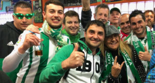 Aficionados de la Peña Bética Girona-Olot Emilio Luna, en la Fan-Zone previa al Girona-Betis