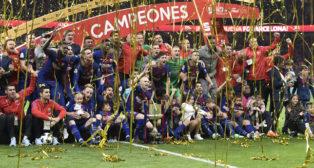 El Barcelona celebra la Copa del Rey sobre el césped del Wanda Metropolitano (Óscar del Pozo)