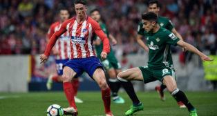 Marc Bartra presiona a Fernando Torres (Foto: AFP).