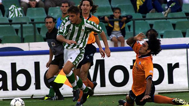 Joaquín supera a dos jugadores del Alavés en un partido de la temporada 01-02 (Foto: Díaz Japón)