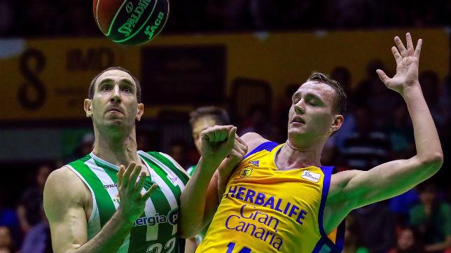 El jugador del Betis Energía Plus Golubic disputa un balón con el del Gran Canaria Pasecniks (Foto: EFE)
