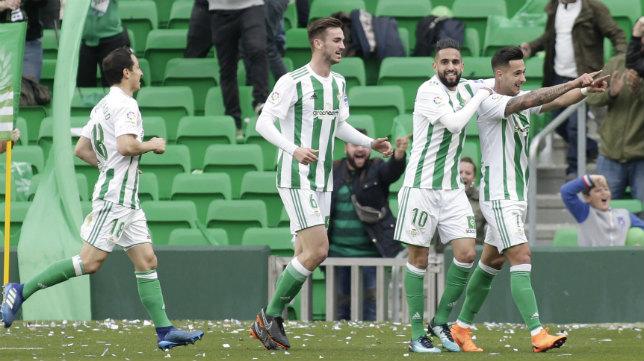 Sergio León es felicitado por sus compañeros tras hacer el 1-0 del Betis ante el Eibar