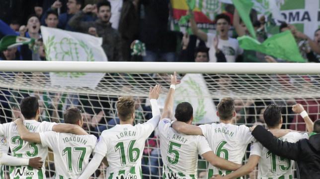 Los jugadores del Betis celebran con la grada la victoria ante el Eibar