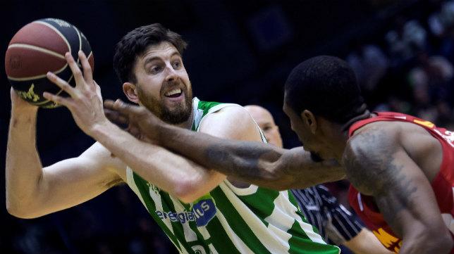 Ryan Kelley ante un jugador del UCAM Murcia