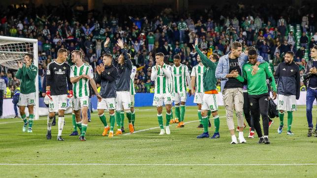 Los jugadores del Betis celebran el triunfo ante el Málaga y el pase a la Liga Europa (Foto: Raúl Doblado)