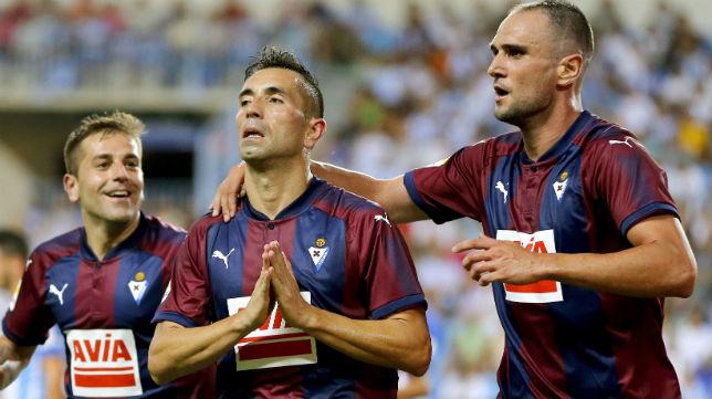Charles es felicitado por sus compañeros tras marcar un gol en Málaga en la primera jornada liguera (Foto: ABC)