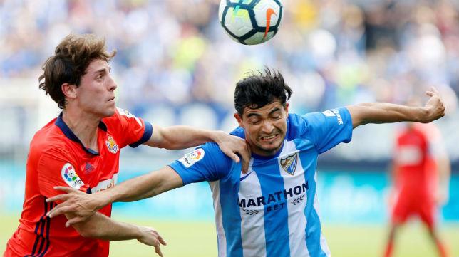 El futbolista del Málaga 'Chory' Castro disputa un balón con el de la Real Sociedad Odriozola (Foto: EFE)
