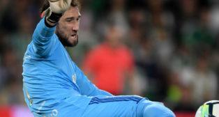 Dani Giménez golpea el balón en el partido ante Las Palmas (Foto: J. J. Úbeda)