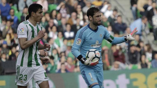 Dani Giménez, junto a Mandi, sostiene el balón durante el Eibar-Betis (Foto: Juan José Úbeda).