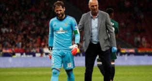 Dani Giménez se marcha lesionado junto al doctor Calero en el Atlético-Betis (Foto: Reuters).