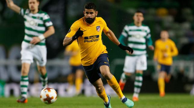 Diego Costa persigue un balón en el encuentro de la Liga Europa contra el Sporting de Portugal (Foto: Reuters)