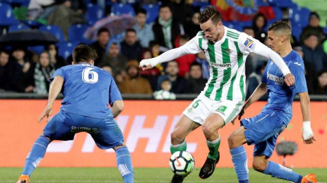 Fabián trata de marcharse de Fajr y Cabrera en el Getafe-Betis (Foto: EFE)