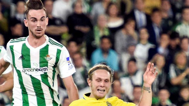 Fabián pelea con Halilovic un balón durante el Betis-Las Palmas (Foto: EFE)