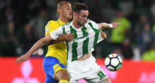 Fabián controla un balón ante la presión de Gálvez (Foto: J. J. Úbeda/ABC)