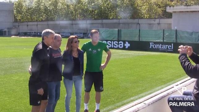 Setién y Joaquín posan para una foto con una pareja de amigos del técnico procedente de Lugo
