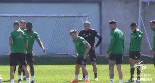 Francis participa en el entrenamiento junto a sus compañeros