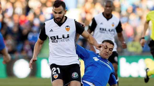 El centrocampista del Getafe Arambarri trata de quitarle el balón al futbolista del Valencia Montoya (Foto: ABC)