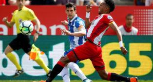 El lateral del Espanyol Javi López saca un centro ante el defensa del Girona Mojica (Foto: EFE)