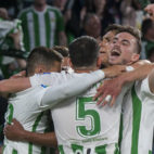 Los jugadores del Betis celebran el gol de Junior que sirvió para derrotar a Las Palmas (Foto: J. J. Úbeda)