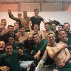 Los jugadores del Betis celebran en el vestuario de Montilivi el triunfo por 0-1 (Foto: @joaquinarte).