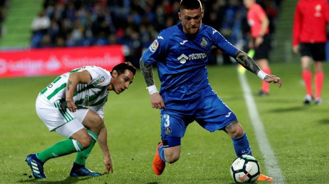 Guardado trata de quitarle el balón al jugador del Getafe Antunes (Foto: EFE)