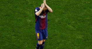 Iniesta saluda a la grada en el momento de ser sustituido en la final de la Copa del Rey (Foto: EFE)