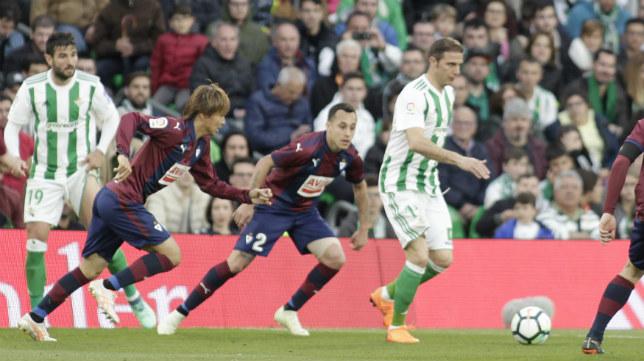 Inui, a la izquierda de la imagen, intenta arrebatarle el balón a Joaquín