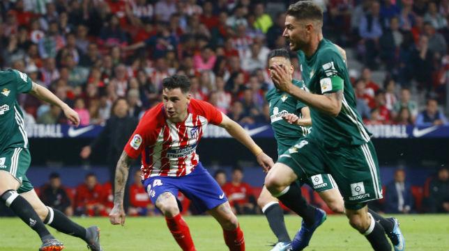 Javi García busca el remate en el partido jugado ante el Atlético en el Metropolitano (Foto: EFE)