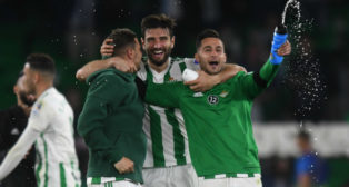Joaquín, Barragán y León celebran el triunfo (Foto: Juan José Úbeda)