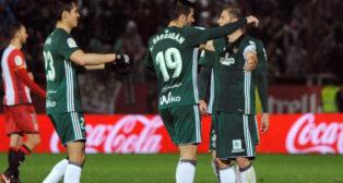 Joaquín es felicitado por sus compañeros en Girona (Foto: EFE)