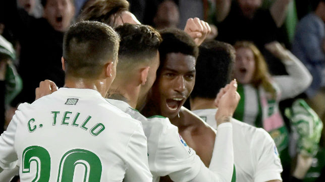 Junior es felicitado por sus compañeros tras lograr el gol de la victoria contra Las Palmas (Foto: EFE)
