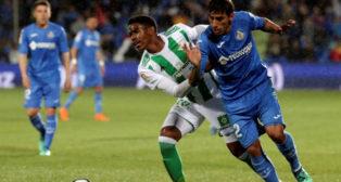Junior pugna con Damián Suárez durante el Getafe-Betis (Foto: EFE)