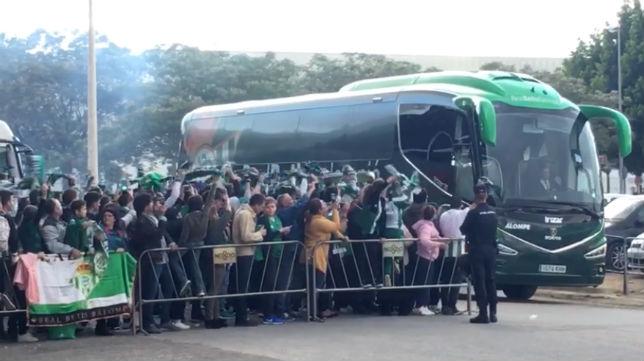 El autobús del Betis llega al Benito Villamarín en el partido contra el Málaga (Foto: J. S.)