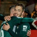 Loren es felicitado tras marcar el primer gol del Betis en Girona (Foto: LaLiga)