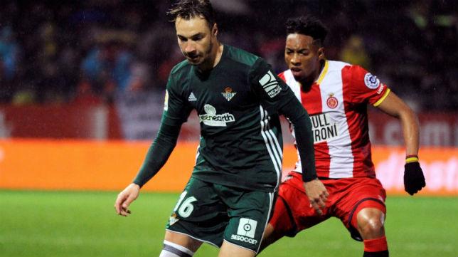 Loren controla ante la presión del jugador del Girona Mojica (Foto: EFE)