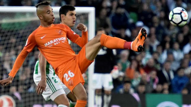 Mandi trata de arrebatarle el balón al jugador del Málaga En-Nesyri (Foto: EFE)