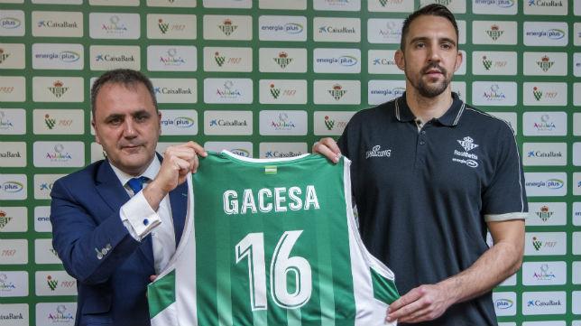 Fernando Moral, presidente del Real Betis Energía Plus, junto a Nikola Gacesa, nuevo jugador del equipo verdiblanco (Foto: J. J. Úbeda/ABC)
