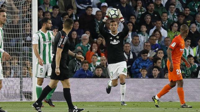 Pedro atrapa un balón en el partido jugado ante el Málaga (Foto: EFE)
