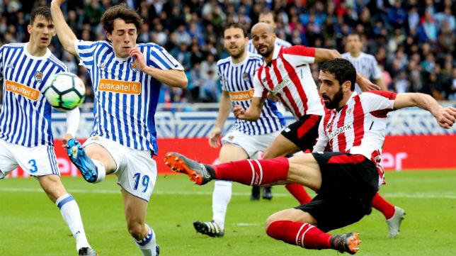 Raúl García remata a portería en el encuentro ante la Real Sociedad (Foto: EFE)