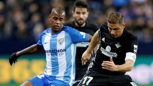 Rolan pugna con Joaquín por un balón en el encuentro de la primera vuelta (Foto: EFE)