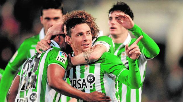 Rubén Castro es felicitado por sus compañeros tras marcar un gol al Osasuna en la temporada 12-13 (Foto: J. J. Úbeda)
