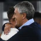 Setién se abraza a Joaquín al término del partido contra Las Palmas (Foto: J. J. Úbeda/ABC)