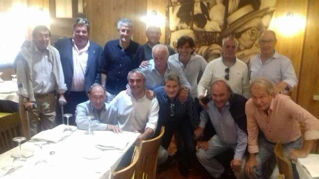 Quique Setién, junto a un grupo de jugadores que ganaron con el Betis la Copa del Rey de 1977
